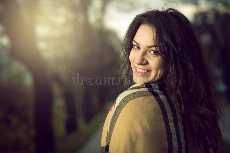 Jeune fille élégante en parc pendant l'automne photo libre de droits