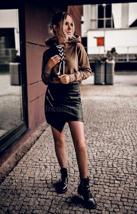Jeune fille élégante en posant dehors photo stock