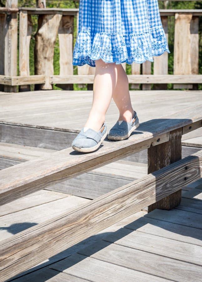 Jeune fille équilibrant sur le faisceau image libre de droits