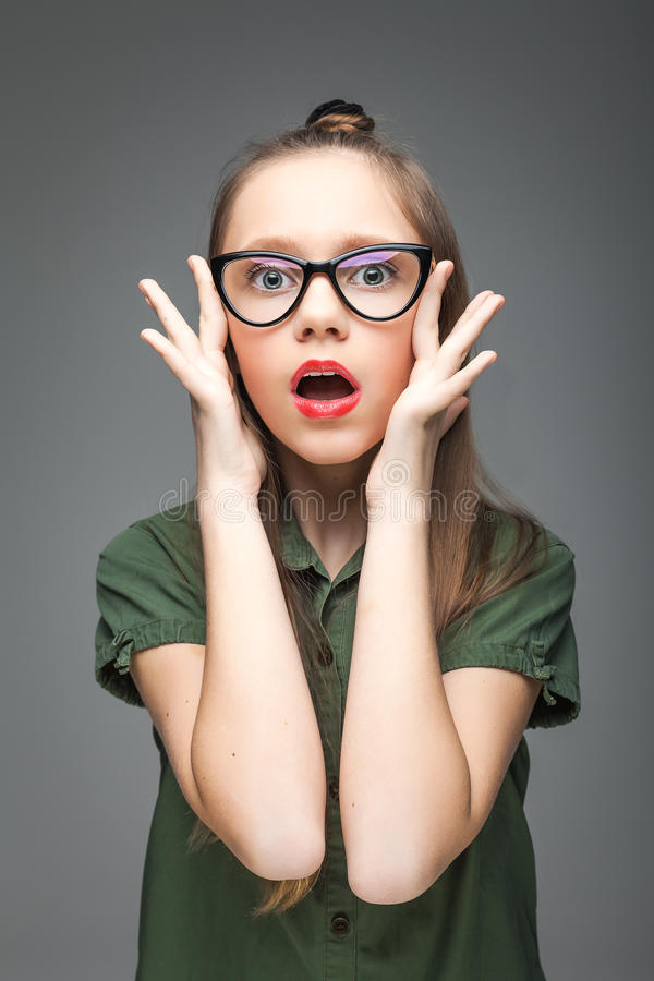 Jeune fille étonnée avec des verres photos stock