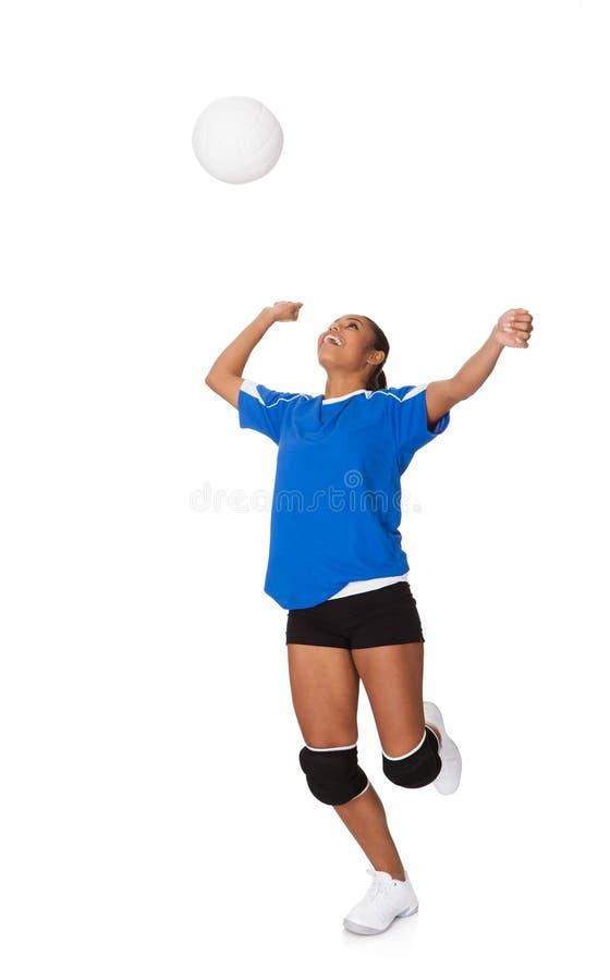 Jeune fille étonnée jouant au volleyball photo stock