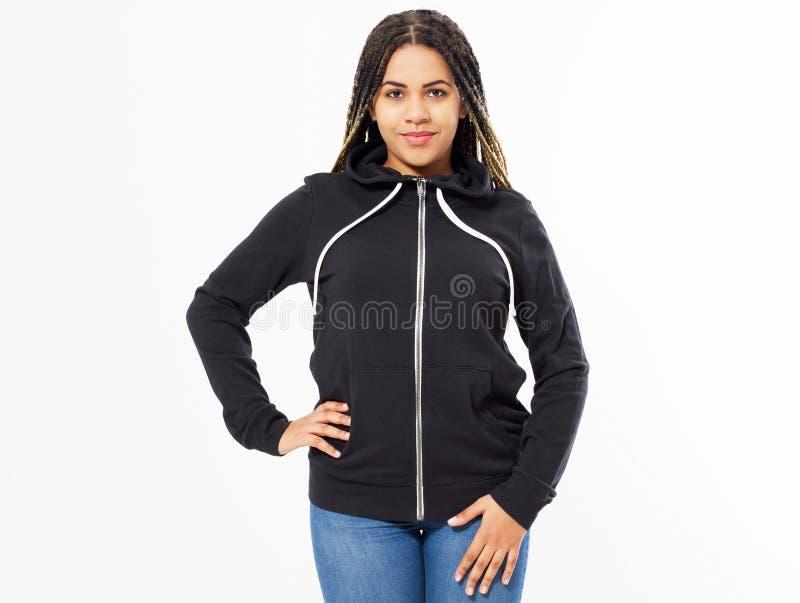 Jeune fille afro-américaine dans l'avant noir de pull molletonné, hoodies noirs, blanc d'isolement sur le fond blanc Voir les mes photo stock