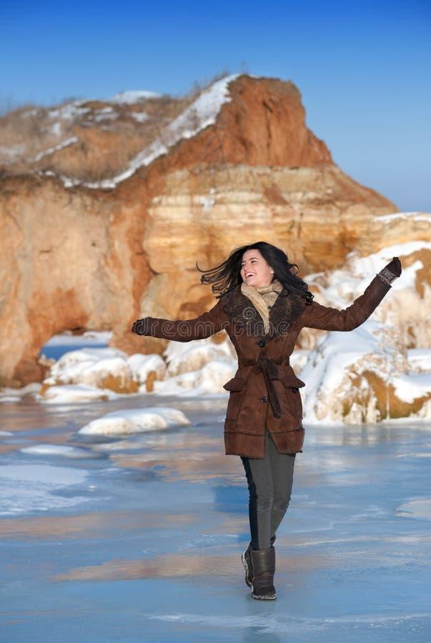 Jeune fille appréciant le jour d'hiver photo libre de droits