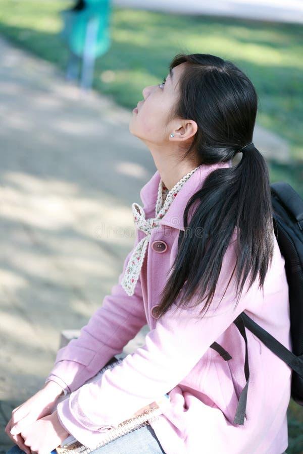 Jeune fille asiatique affichée avec le livre photographie stock libre de droits