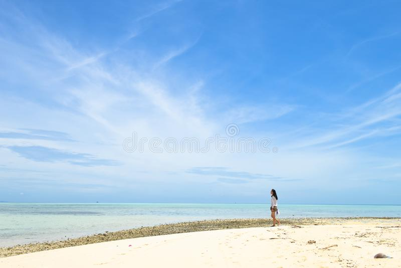 Jeune fille asiatique simple marchant sur la plage blanche tropicale de sable photographie stock libre de droits