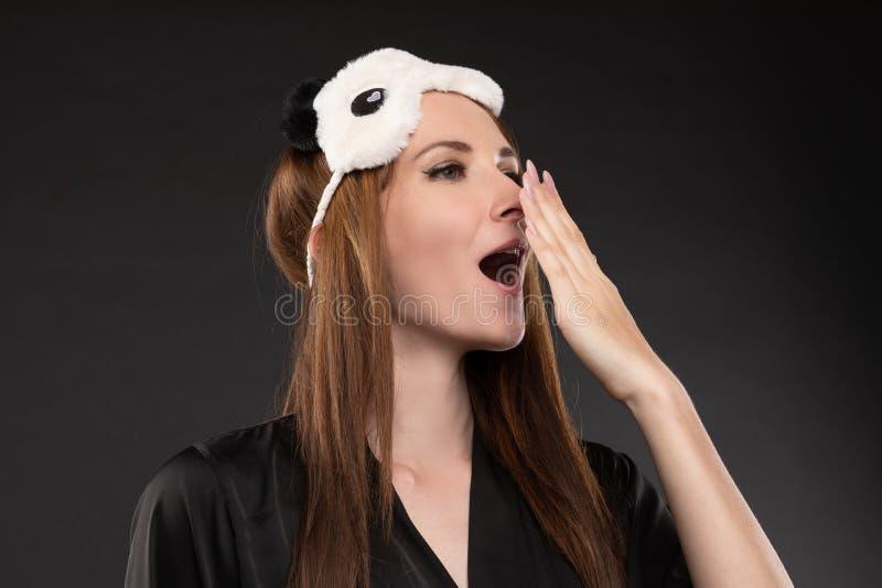 Jeune fille attirante dans des pyjamas élégants noirs allant au lit photos libres de droits