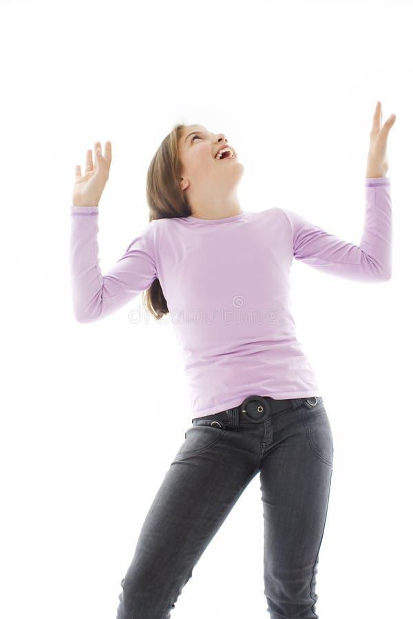 Jeune fille attirante heureuse avec ses mains vers le haut. image libre de droits