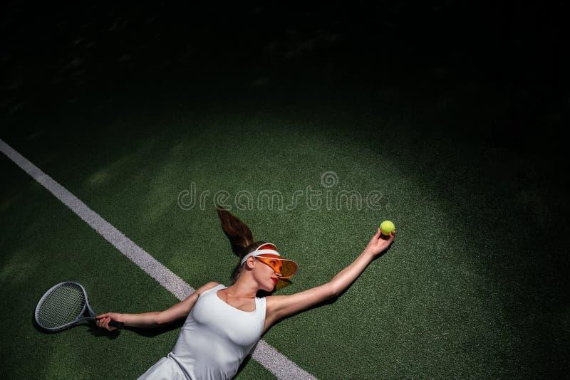 Jeune fille attirante jouant au tennis image stock