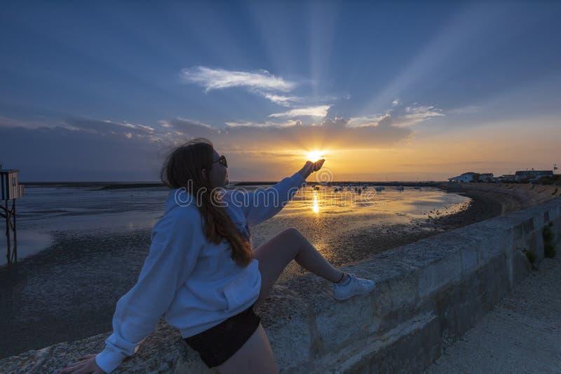 Jeune fille attrapant dans sa main photo libre de droits