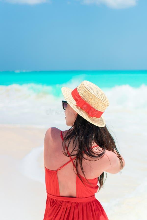 Jeune fille au bel arrière-plan rouge de robe la mer photos stock