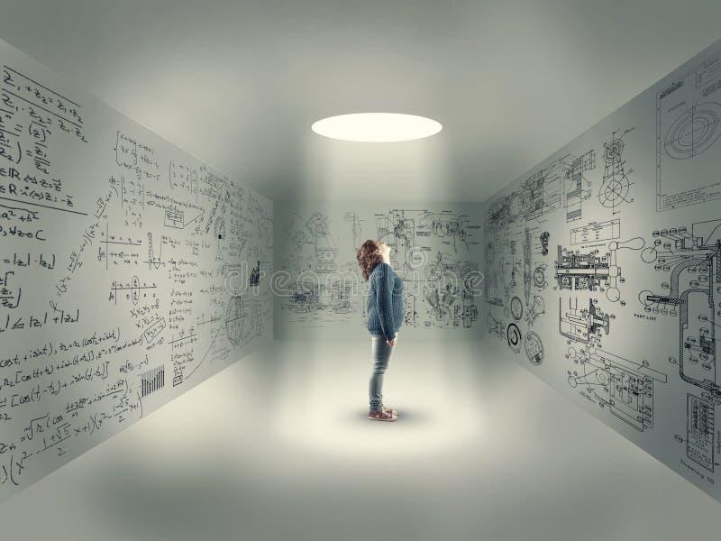 Jeune fille au centre d'une salle photos stock