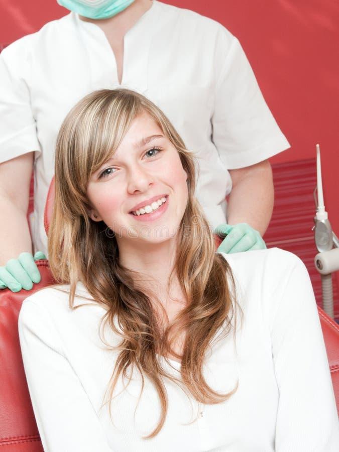 Jeune fille au dentiste image stock