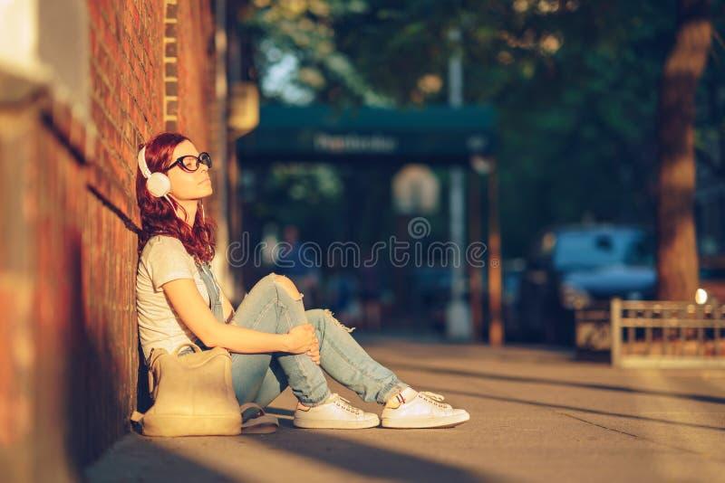 Jeune fille au soleil image libre de droits