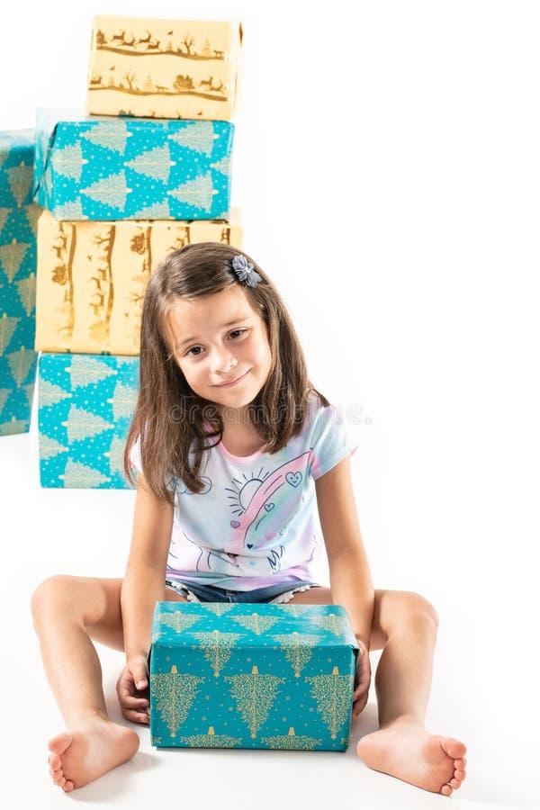 Jeune fille avec des boîte-cadeau, vacances image stock