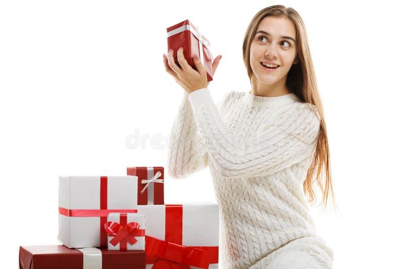Jeune fille avec des cadeaux d'isolement sur le fond blanc photographie stock libre de droits