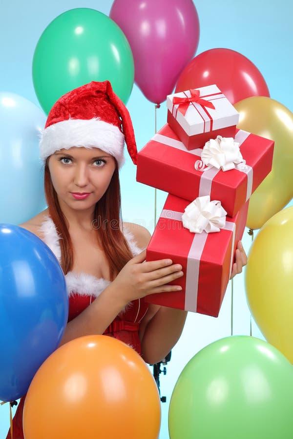 jeune fille avec des cadeaux dans le costume de Santa photographie stock