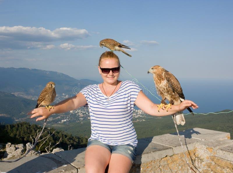 Jeune fille avec des oiseaux de proie images libres de droits