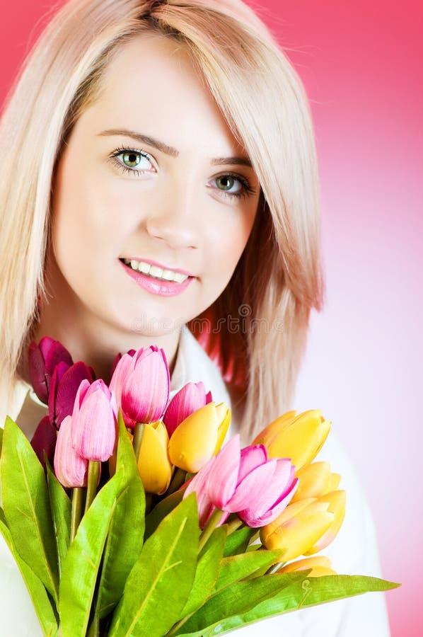 Jeune Fille Avec Des Tulipes Images stock