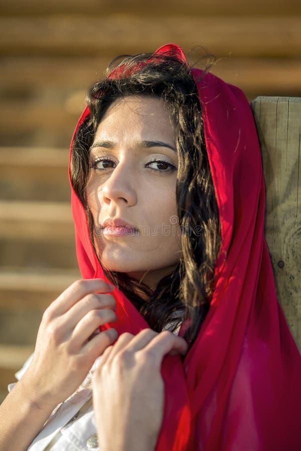 Jeune fille avec l'écharpe rouge photos libres de droits