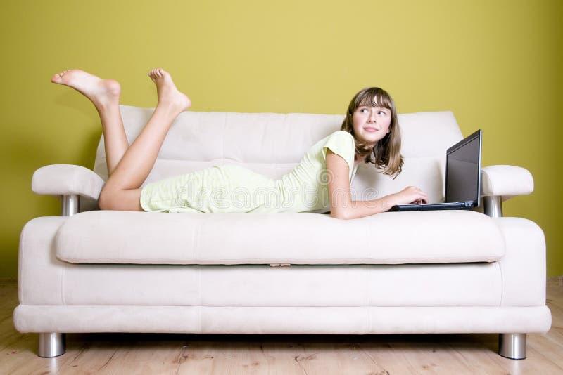 Jeune fille avec l'ordinateur portatif images libres de droits