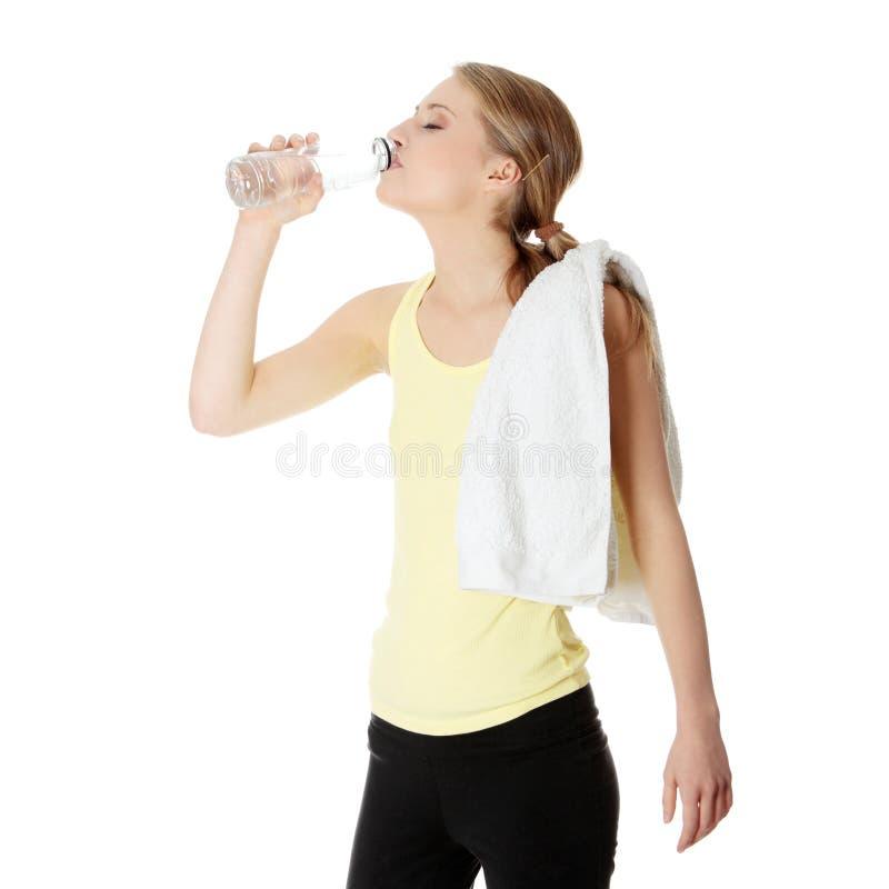 Jeune fille avec la bouteille de l'eau minérale photographie stock