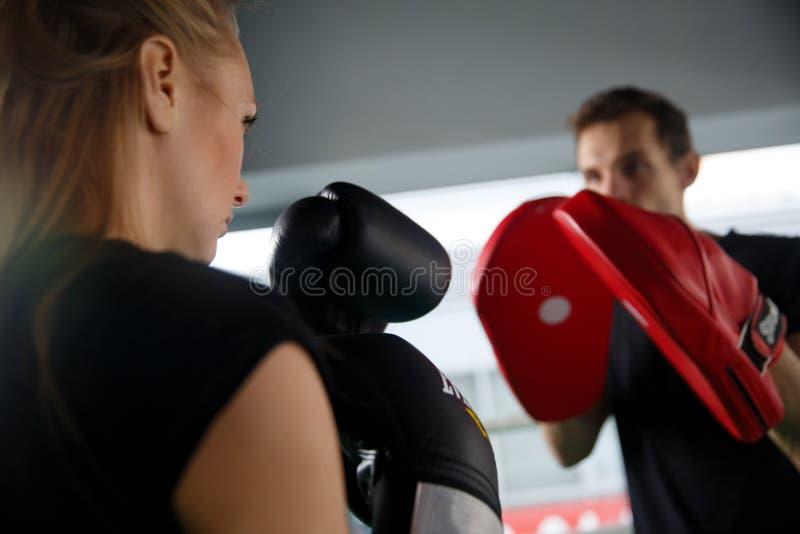 Jeune fille avec la boxe de l'homme image stock