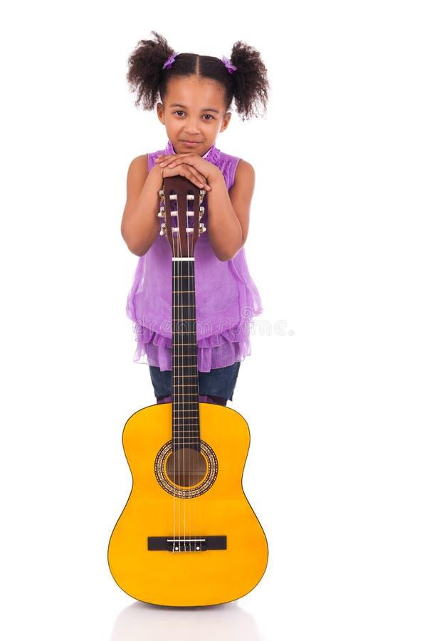 Jeune fille avec la guitare sur le fond blanc photographie stock