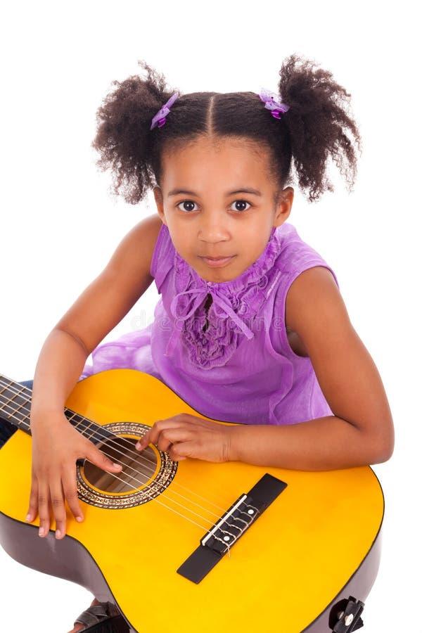 Jeune fille avec la guitare sur le fond blanc photos libres de droits