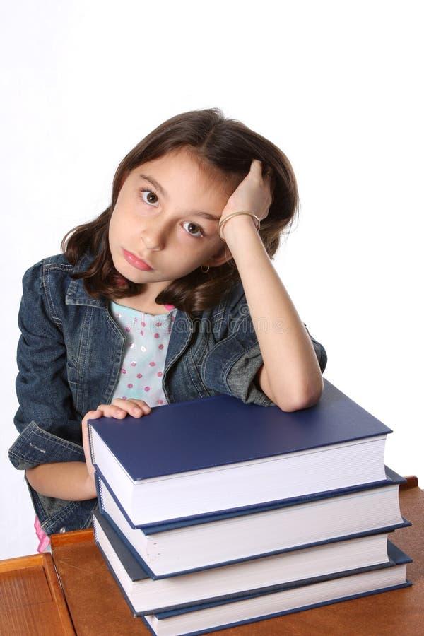 Jeune fille avec la pile de livres photo stock