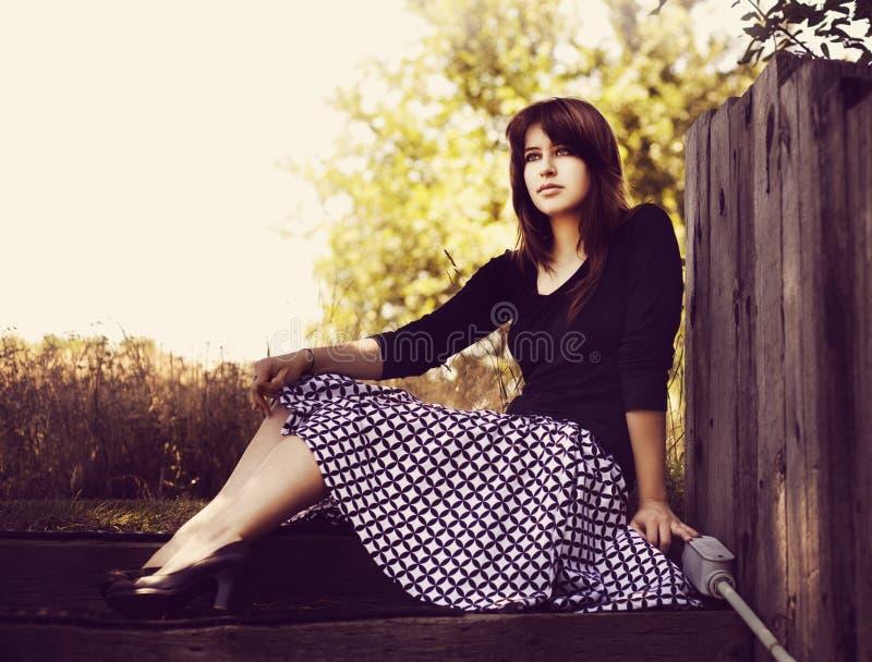 Jeune fille avec la rétro jupe photos stock