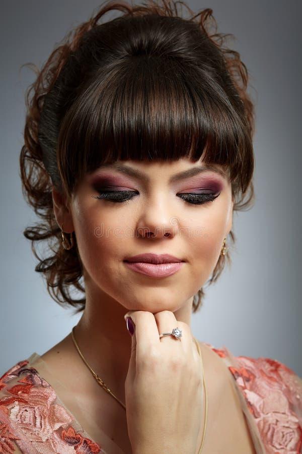 Jeune fille avec le beau maquillage image stock