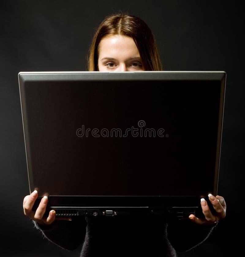 Jeune fille avec le cahier sur le fond noir photo stock