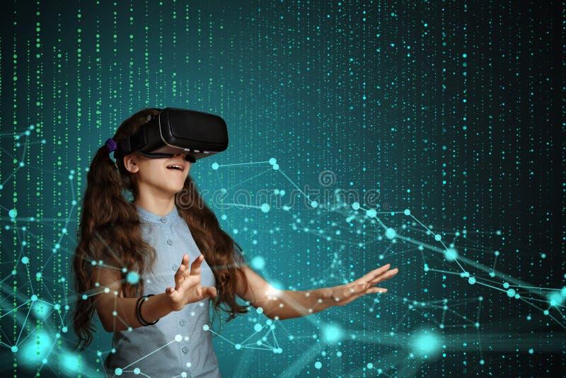 Jeune fille avec le casque de réalité virtuelle image libre de droits