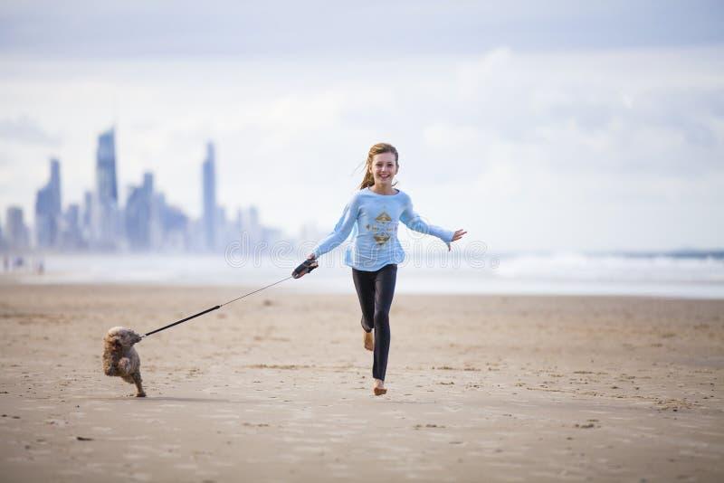 Jeune fille avec le chien sur l'avance images stock