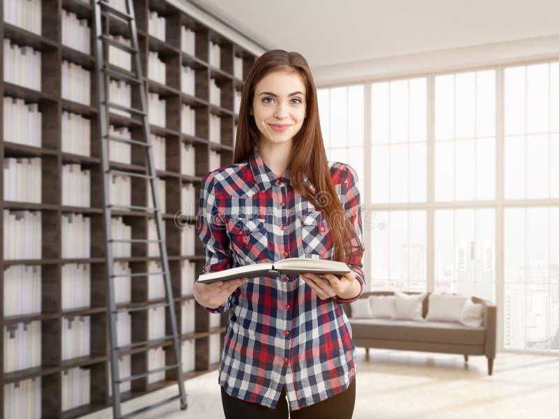 Jeune fille avec le livre photos libres de droits
