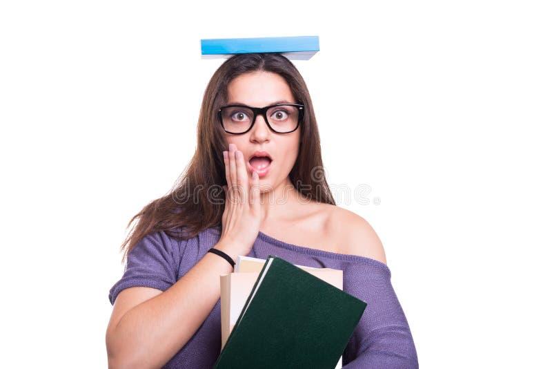 Jeune fille avec le livre au-dessus de sa tête photographie stock