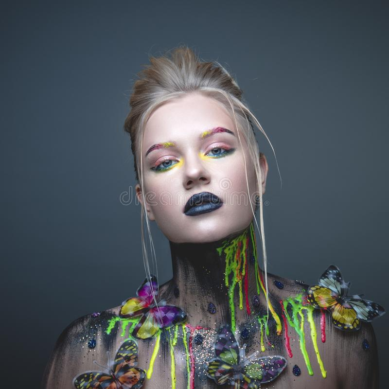 Jeune fille avec le maquillage créatif avec des papillons photos stock