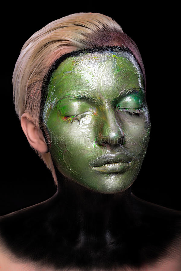 Jeune fille avec le maquillage vert et noir créatif photographie stock