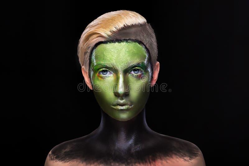 Jeune fille avec le maquillage vert et noir créatif images libres de droits