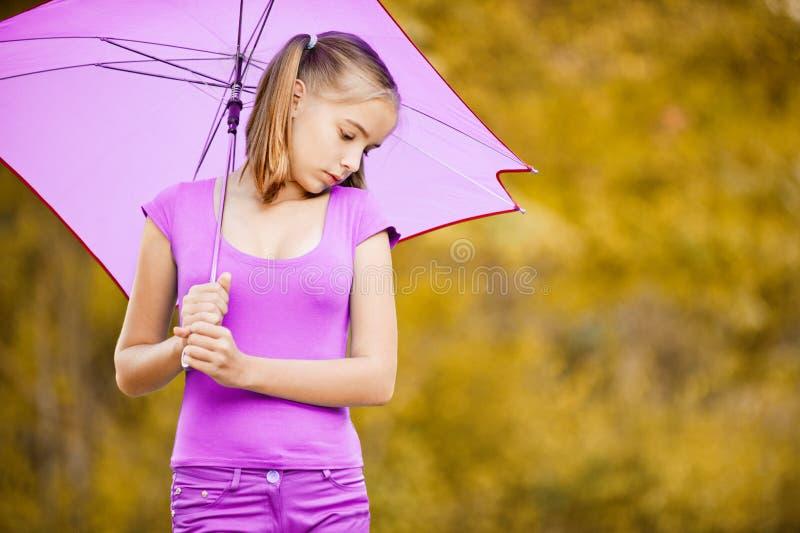 Jeune fille avec le parapluie violet image libre de droits