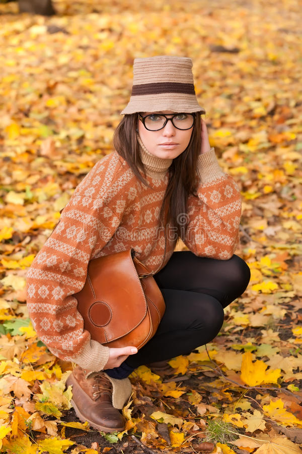 Jeune fille avec le sac à main sur le fond jaune de lame image stock