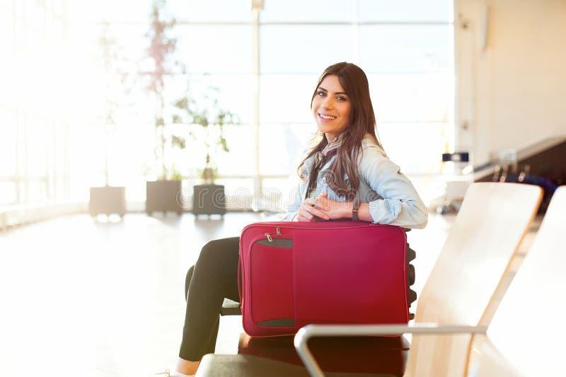 Jeune fille avec le sac de chariot dans l'aéroport photo stock
