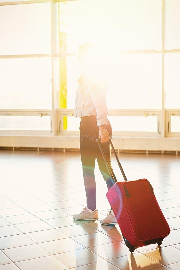 Jeune fille avec le sac de chariot dans l'aéroport images libres de droits