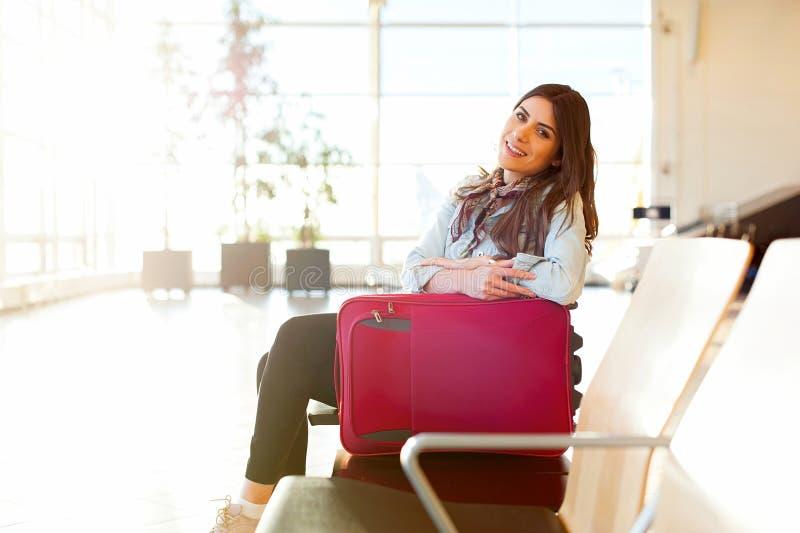 Jeune fille avec le sac de chariot dans l'aéroport photographie stock