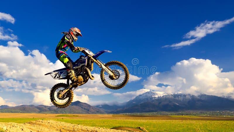 Jeune fille avec le vélo de motocross en Roumanie Sports extrêmes photos libres de droits