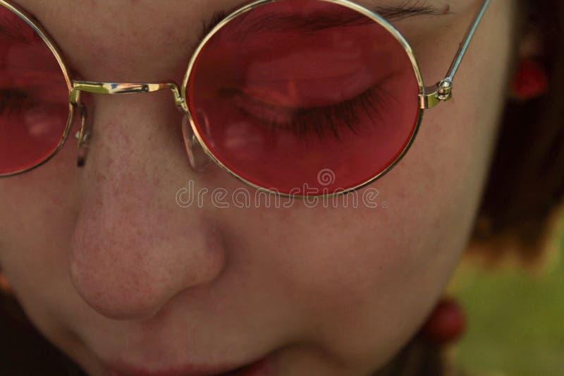 Jeune fille avec les verres roses photos libres de droits