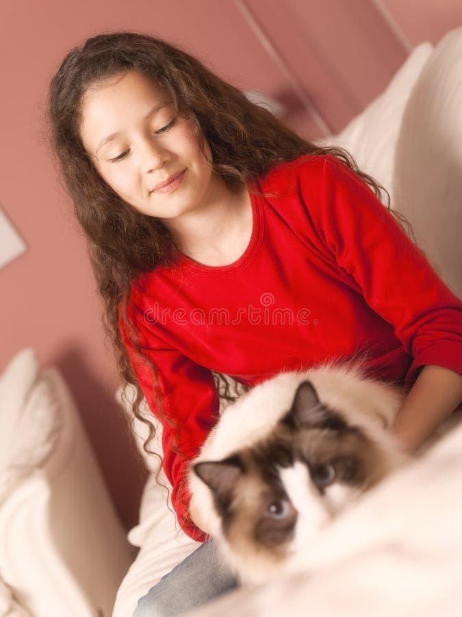Jeune fille avec son chat image stock