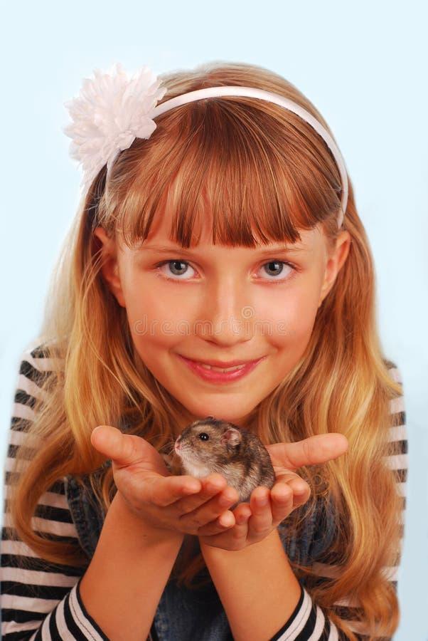 Jeune fille avec son hamster images stock