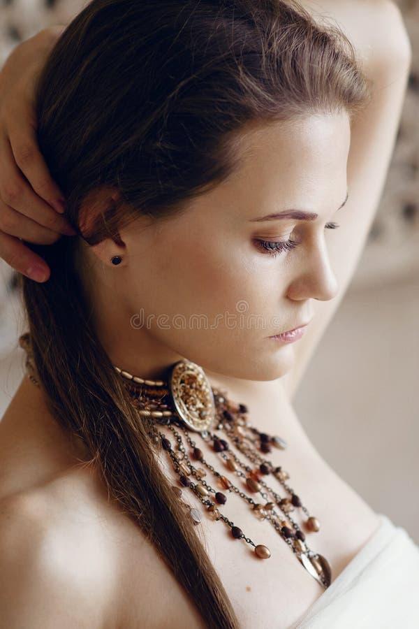 Jeune fille avec un beau collier à l'orientale autour de son cou photo libre de droits