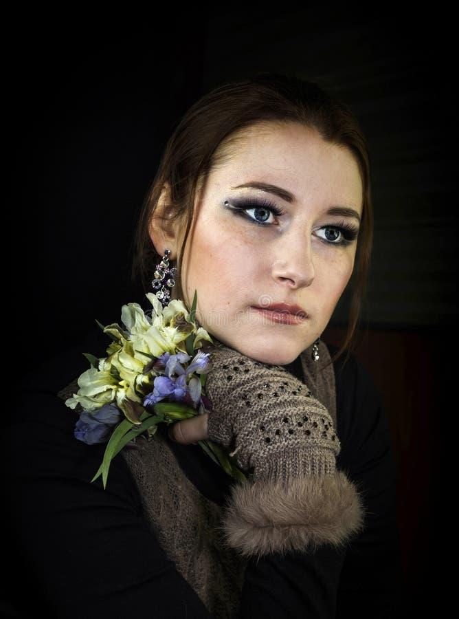 Jeune fille avec un bouquet des fleurs photographie stock